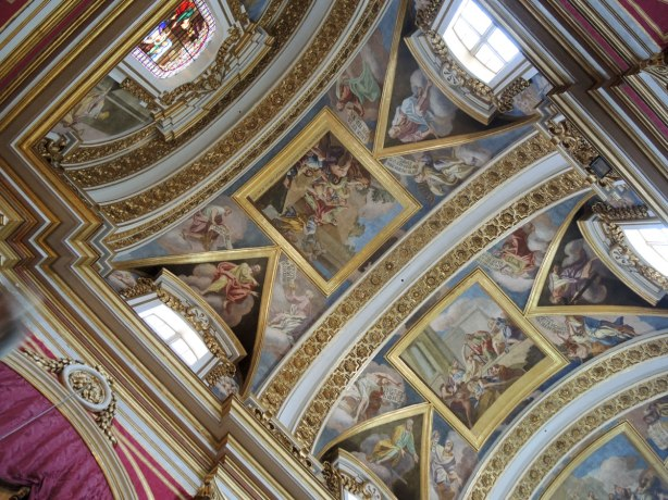 ceiling of St. Pauls cathedral, arches with paintings between them.