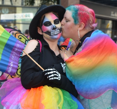 blog_rainbow_kiss_pride