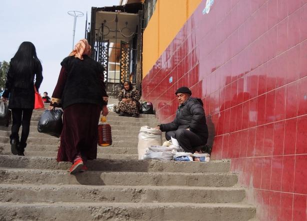 tash_market_vendors_stairs