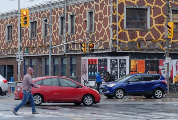 giraffe building at Bloor and Dundas West, with traffic and pedestrians in front