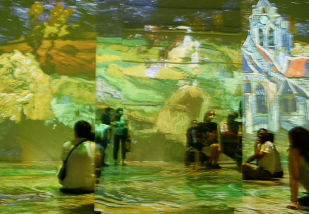 Vincent Van Gogh Immersive exhibit - people sitting and standing