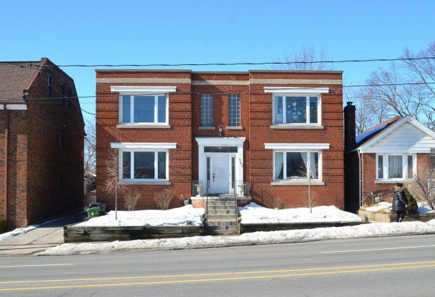 square residence on Avenue Road, two storey, duplex or fourplex, snow,