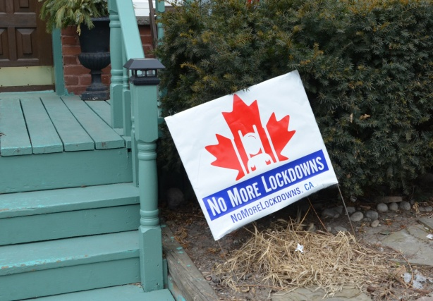 sign on a front lawn that says no more lockdowns